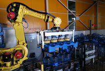 Viyol damacana paletleme ve pamacana palet bozma / 19 lt damacanalar robotumuz tarafından hatta verilmekte ve dolan damacanalar robotumuz tarafından paletlere dizilmektedir.