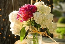 Wedding Flowers / From decorations, to bridal bouquets, boutonnieres, flowers for moms and sisters...tips and ideas for your wedding day.