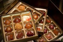 Chocolate / O chocolate é um alimento feito com base na amêndoa fermentada e torrada do cacau.  Alimento usado em doces, bolos, sobremesas, bombons