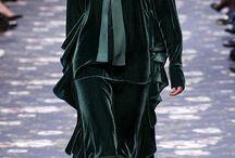 Бархат / Главная фактура грядущего сезона, которая уже вышла на улицы, несмотря на свое отрицательное свойство зрительно увеличивать в ширину, грозится стать повальным увлечением модников всего мира.