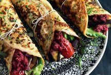 wraps  /  tortillapandekage  dansk  tekst / wraps  form for sandwich bestående af en pandekage der er rullet om fyld af fx kød og grøntsager   Til frokosttid er det wraps, der hitter. En wrap er en tortillapandekage, som rulles om fyldet sammen med salat og grønt