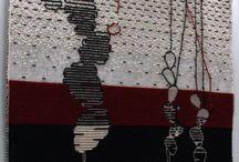 CACTUS APPESI AI FILI / L'immagine rappresenta una serie di piante di fico d'india, una in primo piano e altre due in secondo piano, più piccole. La parte in basso, di tessitura più compatta rappresenta la terra, uno stato solido, mentre la parte in alto e più chiara rivela un sorta di disgregazione materica. Questo trattamento trasmette l'idea di percorso o processo di trasformazione anche a livello pratico: la tecnica tradizionale si ripresenta in un'immagine contemporanea.