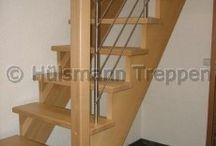 aufgesattelte Treppe / Als aufgesattelte Treppen bezeichnet man Holztreppen, bei denen die Stufen rechts und links (beidseitig) oder nur  recht oder nur links (einseitig) auf unterliegenden Wangen aufgelegt sind.