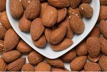 Mooie foto's gezonde voeding / Amandelen in hartvormige schaal