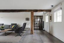 Woonkamer / Inspirerende foto's van woonkamers waarin oud historisch hout is verwerkt. Balken, vloeren, schouwen, deuren.