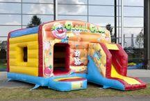 Springkussen Clown Club / Met dit vrolijke springkussen wordt elk feest een succes. Het kussen is geheel overdekt m.u.v. de glijbaan