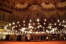 İstanbul, Turkey / İstanbul surları, camileri, sarayları ve müzeleri ile adeta yaşayan bir tarihtir. Bu tarihe tanık olabilmek, nostaljiyi hissedebilmek için çok uzaklara gitmeye gerek yok. Çünkü İstanbul her köşesinde tarihi olaylardan kesit taşır...  Sizlere İstanbul'da gezilmesi ve görülmesi gereken yerlerle ilgili ufak bir liste hazırladık! Keyifli gezmeler!