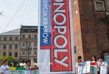 Monopoly- edycja Kraków / 05.05 na krakowskim rynku pojawił się niezwykły gość- Pan Monopoly. Pojawił się on w Krakowie, by świętować swoje 80-te urodziny oraz ogłosić mieszkańcom wyjątkową edycję gry MONOPOLY, edycję Kraków. Krakowianie byli niezwykle zainteresowani, dzieciaki odśpiewały Panu Monopoly STO LAT a zdjęcia z solenizantem trwały i trwały:)  Miło nam poinformować, że za organizację tego wydarzenia odpowiadała nasza Agencja.   Zdjęcia: Katarzyna Librant