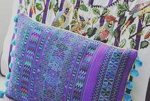 Lorenza Filatti / Esta marca, de la diseñadora guatemalteca Lorena Figueroa, aporta a La Casa del Algodón, la tradición textil guatemalteca con sus productos hechos de telas tejidas a mano en diferentes regiones de Guatemala. Sus textiles aúnan las tendencias más actuales en la decoración de interiores con coloridos y finos acabados, lo que la ha convertido en un referente de la cultura textil de Guatemala.