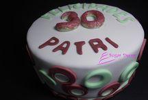 tarta de fondant 30 cumpleaños / tarta de fondant de chocolate con naranja amarga