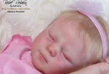 Maria - Kit Kimberly / Bebé reborn criada a partir do kit realborn Kimberly, edição limitada. É uma recém nascida, de olhinhos fechados, cabelo enraizado, feito com cabeça, braços e pernas inteiras em vinil, corpo de tecido articulado com placa de barriga.