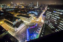 Iceberg à Bruxelles / L'installation créée par ATOMIC3 et Appareil Architecture a d'abord vu le jour sur la place des Festivals, dans  le cadre de l'édition 2012-2013 du concours Luminothérapie, une initiative du Partenariat du Quartier des  spectacles. Elle a retenu l'attention des organisateurs de Plaisirs d'Hiver, l'un des événements hivernaux les  plus importants attirant chaque année environ 1,5 million de visiteurs dans la métropole belge.
