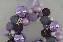 Sprzedane KULE OGNIA - 159 zł - wieniec / Ponadczasowa klasyka i elegancja tego świątecznego wieńca doda klasy każdym drzwiom i każdemu wnętrzu. Szklane bombki, korale oraz kule z barwnej i brokatowej włóczki przywodzą na myśl połyskliwość świątecznej choinki.  Wianek utrzymany w fioletowo-wrzosowej kolorystyce, niezwykle bogaty w dekoracyjne elementy o najwyższej jakości. Wianek jest w pełni trwały i może posłużyć także jako dekoracja okna czy ściany.  Doskonały pomysł na świąteczny prezent.  Średnica ok. 36 cm.