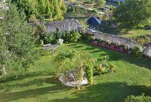 Le jardin suspendu du Château de la Motte / La motte féodale ou haute-cour, remontant à 1000 ans, est aujourd'hui un jardin suspendu unique, intime et réservé aux hôtes du château.