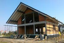 Projekt domu Otwarty 3 / Projekt domu Otwarty 3 to mniejsza wariantowa wersja popularnego projektu Otwarty z naszej pracowni. Dom jest wygodną miejską willą dla cztero-sześcioosobowej rodziny. Zwarta bryła budynku, o prostokątnym rzucie, przekryta jest dwuspadowym symetrycznym dachem. Prostota konstrukcji i architektoniczna oszczędność form łączy się tutaj z ciekawym i dopracowanym detalem, oraz solidnymi nowoczesnymi materiałami.