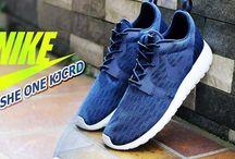 Schuhe / Schuhe in allen Variationen die angesagt sind. Zb Nike Schhe, Puma Schuhe, Cafeine Schuhe. Jimmy Schuh lässt grüßen.