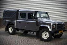 Land Rover Defender / De Land Rover Defender is een vierwielaangedreven terreinauto van het Britse merk Land Rover. Het ontwerp is gebaseerd op de eerdere Land Rover Series 1, 2 en 3, die niet meer in productie zijn. De Defender is ontwikkeld voor gebruik onder extreme omstandigheden. De auto is uitgerust met schroefveren en wordt permanent vierwiel aangedreven. Het centraal differentieel kan vergrendeld worden voor optimale tractie in het terrein.