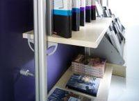 Συστήματα ραφιών / Εξοπλισμός καταστημάτων. Συστήματα τοίχου με πληθώρα εξαρτημάτων για κρέμαση και ράφια