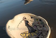 keramikk fat / fat av lavtempratursleire, frihåndsdekkorert med begittninger og glassur