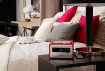 sonoroRADIO / Die sonoro Naturklänge und ein Sleep-Timer unterstützen ein entspanntes Einschlafen. Nachts zeigt das kontrastreiche Display gut lesbar die Uhrzeit und passt sich automatisch der Helligkeit im Raum an. Die Weckfunktion läutet den Tag ein und sorgt mit der Lieblingsmusik aus dem Radio, tollen Wecktönen oder Ihrem persönlichen Favoriten vom USB-Stick für gute Laune. Mit kompakten Maßen passt sonoroRADIO auf jeden Nachttisch.