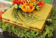 Slané torty a obložené misy.
