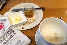 """Frühstücken / Der Franzose nennt das Frühstück """"Le petit déjeuner"""": Dazu gehören ein Milchkaffee, ein Croissant, etwas Butter und Marmelade. Früh am Morgen ist das echt lecker."""