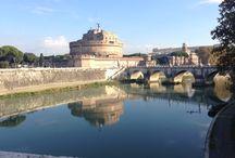 """LA ROMA CHE CONOSCO / """" La Roma che conosco la porto sempre dentro nei giorni di burrasca e in quelli senza vento. Tra vicoli, palazzi, bar, trattorie so centomila strade e so tutte mie. E sono tutte mie le facce della gente le donne sul balcone, il ricco, il mendicante, posteggiatori, tassinari, barbieri e benzinai. La Roma che conosco non la conosci mai. """" - Marco Conidi"""