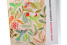 40 Jahre voller Farben und Muster! / Gudrun Sjödén ist eine der erfolgreichsten Designerinnen Schwedens. Seit fast 40 Jahren entwirft sie farbenprächtige Mode für Frauen, die sich von der Masse abheben wollen. Ihre Inspiration schöpft sie aus der Natur, aus der Formentradition der ganzen Welt und aus der Begegnung mit Menschen. Heute hat Gudrun dank eigener Läden, Kataloge und des Webshops farbstarke Kundinnen in vielen Ländern der Welt.