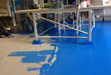 Ucrete gietvloer aangebracht in Waspik / 100%FLOORS heeft bij Maasoever Coldstore te Waspik een UCRETE vloer aangebracht. Naast de esthetische markt opereert 100%FLOORS nu ook op de industriële markt. Deze industrievloer is een uniek product met verschillende oppervlakte structuren en technische eigenschappen. Een Ucrete vloer is uitzonderlijk bestand tegen agressieve chemicalien, zwarte impact en thermische schokken. Dit grote project (4300m2) is uitstekend verlopen.