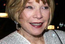 Shirley MacLaine / Shirley MacLaine egyszeres Oscar-, háromszoros Emmy- és tízszeres Golden Globe-díjas színésznő, több mint ötven film szereplője.  Tízszer jelölték Oscar-díjra, s végül a legjobb színésznő kategóriában kapta meg 1984-ben. 1999-ben elnyerte a Berlini Nemzetközi Filmfesztiválon a Golden Bear-díjat az életművéért. Szerzője 14 nemzetközi bestsellernek – magyarul a Találd meg önmagad, Játék az élet, Benső útjaimon jelent meg.