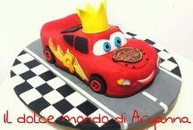 Cars Cake / Una Devild food Cake farcita con ganache al cioccolato interamente scolpita a mano e ricoperta e decorata in pasta di zucchero!