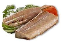 PESCADO AZUL / El pescado azul es aquel que tiene un porcentaje de grasa y proteínas en su carne. Por norma general, el contenido graso que tiene el pescado azul va del 15 al 30% del peso total. Suelen ser pescados grandes y con piel azulada. La característica principal del pescado azul es su alto contenido en omega 3.