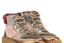 """COMBAT & HIKING BOOTS / Aktuell sind derbe Stiefel im Grunge Look wieder gefragt. Typische Merkmale sind hohe Schnürungen und profilierte Sohlen. Zelebrieren Sie den Stilbruch, indem Sie diese Combat Boots zu zarten Röcken und Kleidern kombinieren. Der Berg ruft: Wenn Sie kernige Looks mögen, dürften neue Stiefeletten mit """"Bergsteiger""""-Details genau Ihr Trend sein! Mit hübschen Schmucksteine, Fake Fur und auffälligen Farben sind diese Hiking Boots definitiv in der Großstadt daheim.►bit.ly/KONEN-Schuhe-Damen"""