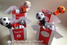 Voetbaltraktaties / Het is ontzettend gaaf om voor een verjaardag van jouw zoon of dochter 'voetbaltraktaties' uit te delen. Op dit bord prikken wij leuke ideeën om jou uit te delen aan de klas of teamgenoten.