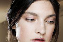 Valentino / Bellezas etéreas, sutiles, riqueza en los bordados, en los colores.  Siluetas femeninas leves, elegancia....