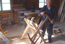 Il était une fois... / En 1976 Raymonde Gaillard ouvre au bord du lac de Montriond, un magasin de souvenir qui fait la part belle aux objets sculptés en bois.15 ans plus tard, quand Muriel reprend la petite affaire familiale, elle veut la faire vivre différemment.Puisque les visiteurs aiment l'artisanat, elle décide de convier chaque jour un spécialiste de l'osier, du bois, de la peinture sur bois, un sculpteur....