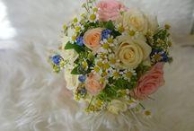 Vintage Hochzeitsdeko / wunderschön, luftig, leichte Frühlingsdekoration mit Vergissmeinnicht und Kamille, Rosen und Dill