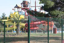 BETAFENCE: Ogrodzenie Parku Wodnego w Chorwacji / Aquapark Solar Beach Resort w Sibeniku otaczają 4 różne systemy ogrodzeniowe dostosowane do wymagań danego miejsca: zabezpieczające panele Securifor i Nylofor 2D Super oraz dekoracyjne panele Barofor Deco i Zenturo.