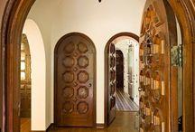 Латиноамериканский дизайн интерьера / Самые популярные цветовые сочетания для латиноамериканского стиля — это оранжевый с розовым, зелёный с розовым, синий и бордовый. Очень важную роль играет мебель, которая имеет  простую форму, но  обязательно украшена ярким орнаментом.