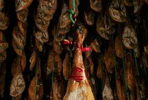 C.R.D.O.P. Los Pedroches / Todas las piezas amparadas por la Denominación de Origen Los Pedroches salen al mercado identificadas mediante un precinto inviolable en el que se especifica la categoría de la pieza y un número individual para cada pieza, este precinto es colocado por el servicio de control y vigilancia de este consejo regulador en el momento del sacrificio de los cerdos, y una etiqueta colocada en la pieza en el momento de su expedición.