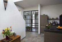 Nijkerk: stalen schuifdeuren en scharnierdeuren / In een woning in Nijkerk plaatsten wij deze originele schuifdeur en scharnierdeur. De opdrachtgever heeft zelf de bijzondere vlakverdeling gekozen, geïnspireerd door het lijnenspel van Mondriaan. Lees meer op https://www.stalen-binnendeuren.nl/voorbeelden-stalen-deuren/stalen-schuifdeur-en-scharnierdeur-nijkerk/