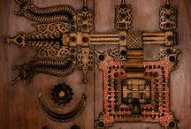 Door hardware / knobs,knockers,hinges,handles,locks&keys / by Jerri Oyama