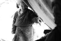 Ölümün geç geldiği yer & Death came late / Himalayalar'da 6000m yükseklikte medeniyetten uzak bir hayat süren Chang Tang-Pa kabilesinin günlük hayatı batılı bir fotoğrafçıyı aralarına kabul etmeleri ile gün yüzüne çıktı.Tibet-Hindistan sınırında yaşayan kabilenin ileri gelenlerinden vize alan İngiliz fotoğrafçı Cat Vinton, 2 ay birlikte yaşadığı kabile ile geçirdiği zamanı fotoğraflayarak hayatlarını kayıt altına aldı.