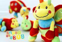 Snug as a bug / Una linea di buffi peluches dai colori vivaci dedicata ai neonati, per coccolarli e farli divertire.