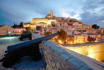 Islas Baleares / Situadas al este de la península, las Islas Baleares ofrecen algunos de los destinos más solicitados de España, donde encontrar preciosas calas como las de Mallorca o la interminable fiesta de Ibiza.
