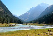 Viaje a Kirguistán en 4x4 / http://mint57.com/viajes/viaje-kirguistan-4x4/ Kirguistán, ese escarpado país perdido entre montañas, es uno de los destinos más desconocidos de Asia. Las montañas flanquean el pequeño territorio, sus pintorescos lagos, ríos tempestuosos, glaciares helados, verdes praderas y bosques inexplorados… un territorio prácticamente virgen, no adulterado por cables eléctricos o cualquier otro tipo de huella humana, salvo las yurtas. Un destino que espera a ser descubierto.