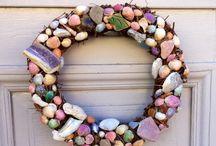 Gör det själv / Sommarkrans till dörren av några snäckskal, andra små strandfynd och lite färg.