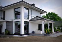 Projekt domu Riwiera / Projekt domu Riwiera to oryginalny, piętrowy dom przeznaczony dla cztero-sześcioosobowej rodziny. Budynek zaprojektowano jako jednopiętrową bryłę w kształcie litery T, przekrytą łagodnym wielospadowym dachem. Dom swoim stylem stara się nawiązać do charakteru miejskich willi, łącząc w sobie elementy modernistycznej architektury ze współczesnymi detalami i materiałami.