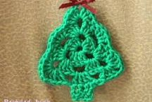 christmas / Klaar met plastic en glas in mijn boom en alles wat niet duurzaam is. In een poging om mijn carbon footprint te verkleinen maak ik mijn kerstdecoratie van materiaal wat natuurlijk van oorsprong is, vele jaren kan meegaan en herbruikbaar of te recyclen is. Behalve de lampjes en de kerstboom zelf die is nep en die heb ik al, dus om die te verwisselen voor een echt exemplaar zou niet slim zijn.De kerstlampjes kunnen nog jaren mee, maar als ze kapot zouden gaan vervang ik ze voor LEDs.