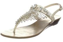 Flat Wedding Shoes / Pretty flats as an alternative to higher heels for wedding.